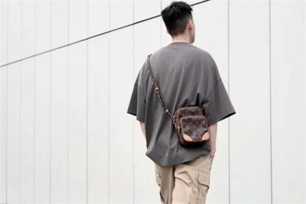 穿纯色t恤背什么包时髦 纯色t恤配什么包包好看