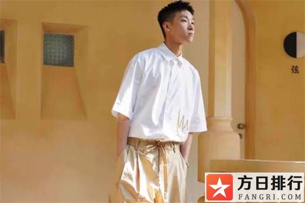 白色短袖衬衫搭配图片 白色短袖衬衫配什么裤子