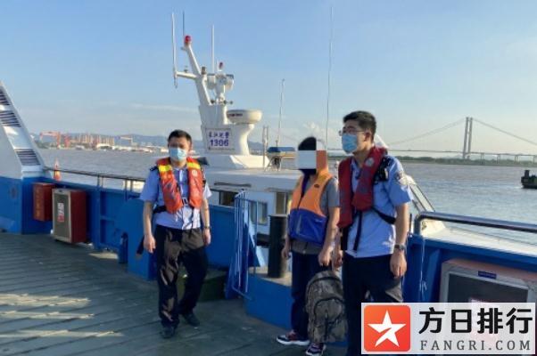 游泳体力不支怎么办 男子为回扬州套游泳圈强渡长江