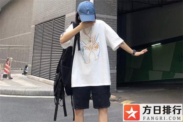 白t恤搭配帽子图片 白色t恤配什么颜色帽子好看
